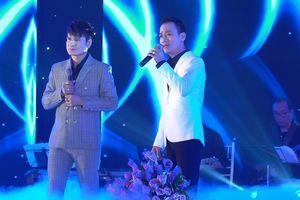 Con trai - con dâu Chế Linh lên sân khấu cùng 'vua nhạc sàn' Lương Gia Huy