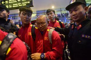 Người hâm mộ phủ kín sân bay đón tuyển Việt Nam trở về sau trận chung kết