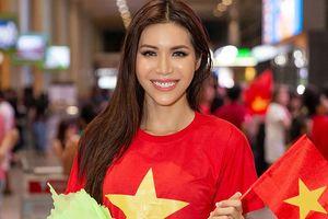 Vừa về tới sân bay, Minh Tú mặc áo cờ đỏ sao vàng cổ vũ tuyển Việt Nam