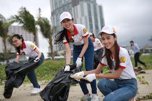 Thí sinh Hoa khôi SV Việt Nam dọn rác bờ biển Đà Nẵng sau ngập lụt