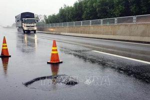 Lại xuất hiện'ổ gà' trên cao tốc Đà Nẵng - Quảng Ngãi