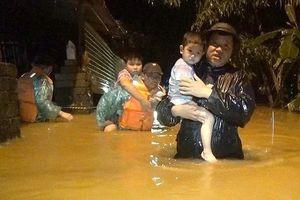 Nước lũ nhấn chìm làng xã, cô lập hàng ngàn người dân miền Trung