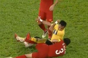 Clip: Những pha chơi xấu của ĐT Malaysia khiến các cầu thủ Việt Nam đau đớn