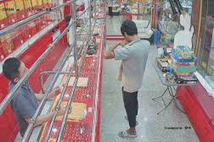 Clip: Tên cướp nhận cái kết 'đắng' khi gặp chủ cửa hàng cao tay