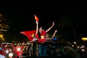 Vừa trở về, Minh Tú đã xuống đường chúc mừng đội tuyển Việt Nam
