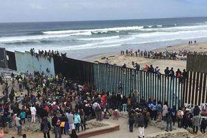 Tổng thống Trump đe dọa sẽ để quân đội xây dựng bức tường ở biên giới Mỹ-Mexico