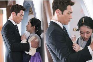 Choi Jin Hyuk ôm chặt Jang Nara, mắt chạm mắt trong 'The Last Empress'