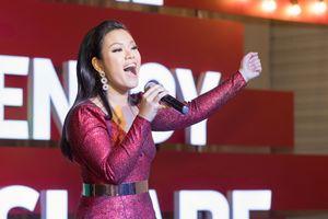 Clip: Phương Vy ngọt ngào hát nhạc Giáng sinh - Noel năm nay hãy thật ấm áp nhé!