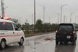 Băng qua cao tốc Hà Nội - Bắc Giang, một phụ nữ bị ô tô tông tử vong