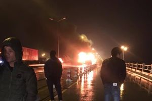 Hà Nội: Xe khách bốc cháy dữ dội trong đêm trên cầu Thanh Trì