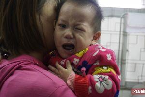 Lạnh đột ngột khiến nhiều trẻ bị liệt mặt, méo miệng vì giữ ấm không đúng cách