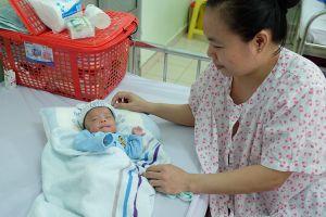 Bé trai sinh non nặng 700 gram, may mắn được cứu sống