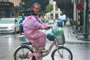 Nhiệt độ xuống thấp nhất từ đầu mùa, người Hà Nội co ro trong mưa rét