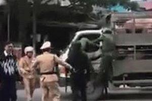 Tài xế xe chở gia súc bị CSGT không chế, 2 người đàn ông lao tới đánh