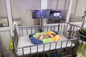 Bé gái sơ sinh bị bỏ rơi ở phòng bảo vệ của làng trẻ SOS trong đêm lạnh