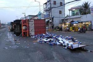 Container nổ vỏ rồi lật, bia tràn trên QL1A