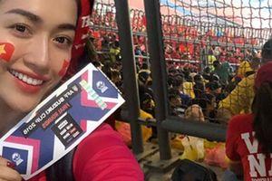 24h HOT: Á hậu Lệ Hằng xông vào ngồi giữa CĐV Malaysia và cái kết bất ngờ