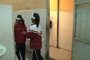 Quá tải nhà vệ sinh: 200 học sinh chung 1 bồn cầu