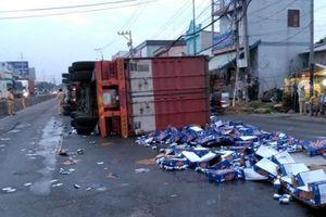 Xe container nổ bánh lật nghiêng, hàng trăm thùng bia tràn ra đường
