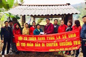 Tình nguyện giúp người dân di chuyển chuồng trại