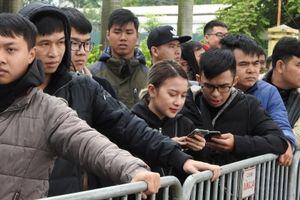 Ngày đầu phát vé online: Toàn cảnh phía ngoài trụ sở Liên đoàn bóng đã Việt Nam