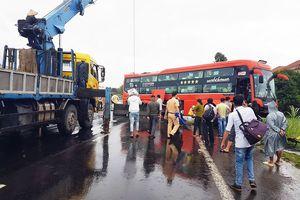 Lại xảy ra tai nạn xe máy, xe khách do 'ổ gà' trên QL1A qua Phú Yên