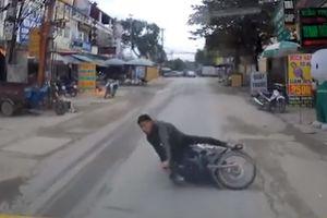 Mải dùng điện thoại, nam thanh niên đi xe máy suýt chết trước đầu ô tô