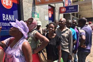 Quá thiếu lương thực, đồ dùng, dân Zimbabwe cứ thấy xếp hàng là 'nhảy' vào