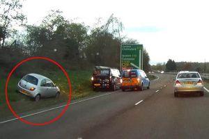 Cậu bé 8 tuổi điều khiển ôtô chạy 100 km/h vào nơi an toàn khi mẹ bị ngất