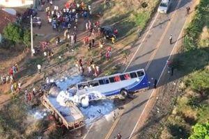 Xe buýt lao vào xe tải, hàng chục người thương vong