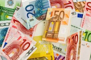 'Mưa tiền' hơn 1.000 USD rơi lả tả buộc cảnh sát Đức đóng cửa đường cao tốc
