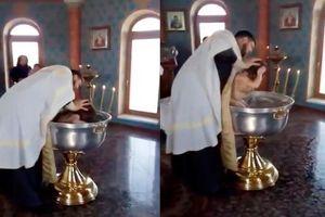 Rửa tội cho trẻ em một cách dã man, linh mục bị chỉ trích nặng nề