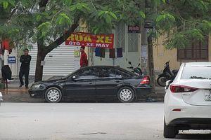 Phường Dịch Vọng Hậu (Hà Nội): Ngang nhiên chiếm dụng vỉa hè làm nơi rửa xe?