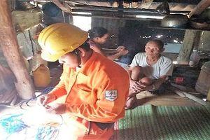 Quảng Trị: 30 hộ gia đình nghèo ở xã Tà Long được sửa chữa điện miễn phí