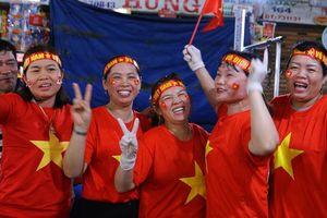 Dù trời mưa lạnh, người hâm mộ phố biển Đà Nẵng vẫn 'hâm nóng' không khí cổ vũ đội tuyển Việt Nam