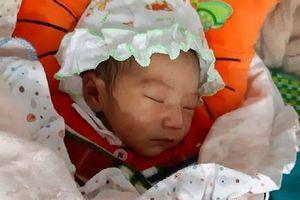 Phát hiện bé gái 1 tuần tuổi bị bỏ rơi trước cổng chùa