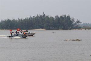 Hai cha con mất tích do bị lật thuyền lúc đánh cá