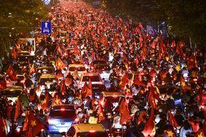 Các tuyến phố Hà Nội ngập tràn cờ đỏ sao vàng mừng Việt Nam vô địch