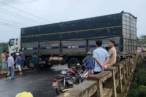 Xe tải mất lái tông sập lan can cầu, giao thông ách tắc nhiều giờ