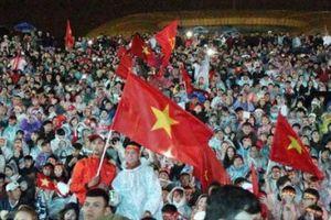 Hàng vạn CĐV Đà Lạt đội mưa cổ vũ đội tuyển Việt Nam