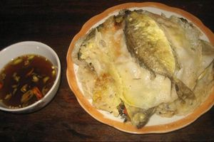 Tò mò thưởng thức món bánh khoái cá kình nguyên con ở Huế