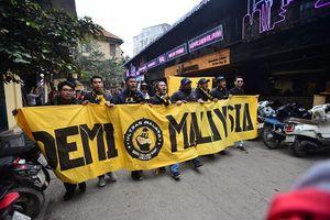 Cổ động viên Malaysia 'náo loạn' phố cổ Hà Nội trước chung kết