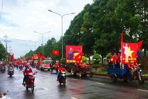 Dân xã huyện diễu hành xe công nông lên tỉnh cổ vũ bóng đá