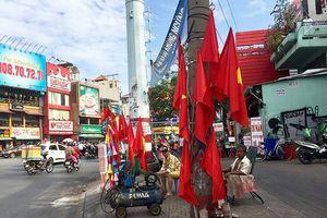 Đường phố TP HCM ngập tràn sắc đỏ trước trận chung kết AFF Cup