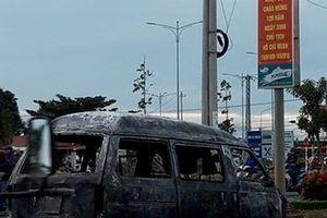 Kinh hoàng ô tô bốc cháy dữ dội khi đang lưu thông trên đường