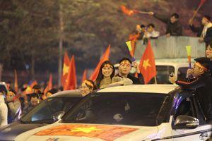 Hà Nội: Người hâm mộ xuống đường cổ động từ khi trận CK chưa kết thúc
