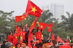 Người hâm mộ đổ về Mỹ Đình chờ trận Việt Nam nâng Cúp AFF 2018