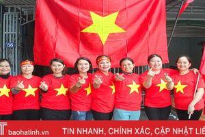 Cổ động viên Hà Tĩnh hừng hực khí thế cổ vũ đội tuyển Việt Nam