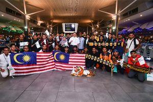 CĐV Malaysia ùn ùn kéo sang Hà Nội dự chung kết