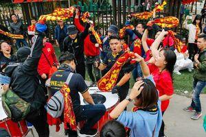 Cổ động viên khuấy động 'chảo lửa' Mỹ Đình trước trận chung kết Việt Nam - Malaysia